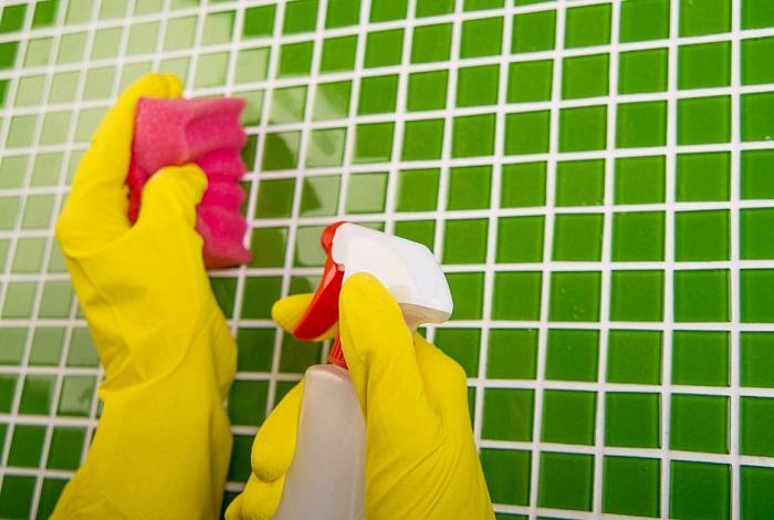 Распылите на плитку смесь уксуса  моющего средства. / Фото: vikna.if.ua