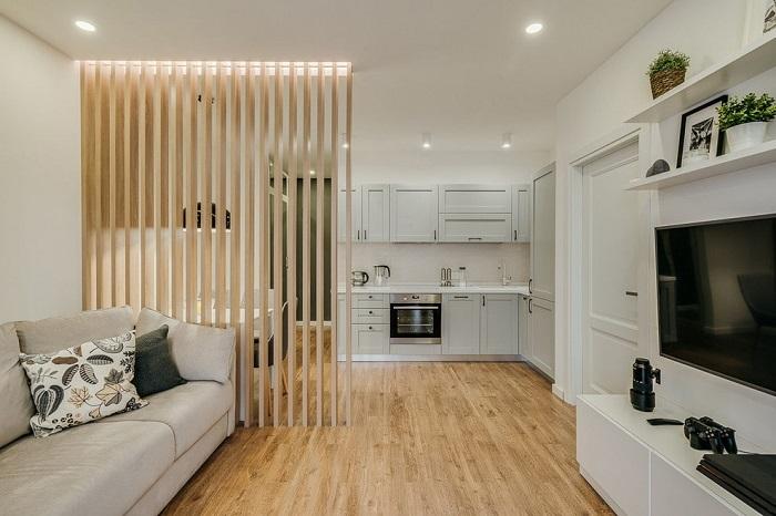 Кухню и гостиную разделяет  декоративная перегородка. / Фото: design-homes.ru