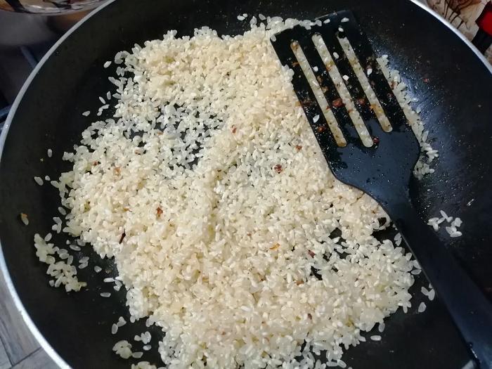 Рис нужно обжарить на растительном или сливочном масле. / Фото: zen.yandex.ru