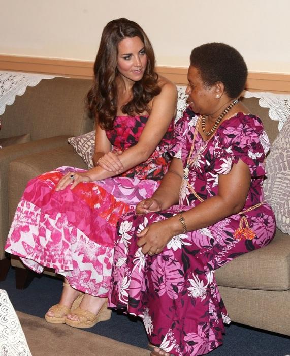 Герцогиня Кембриджская в платье «не того» дизайнера во время юбилейного тура в 2012 году. / Фото: zimbio.com