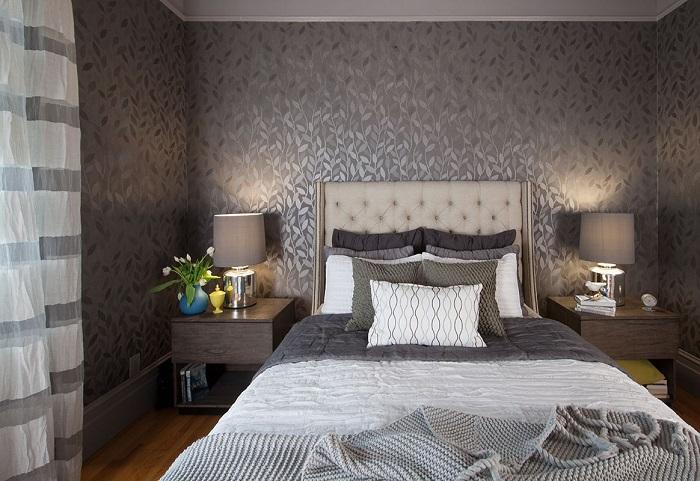 Темные обои делают комнату благородной и роскошной. / Фото: dekoriko.ru