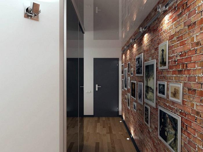 На кирпичной стене стильно смотрятся фотографии в рамках. / Фото: yellowhome.ru