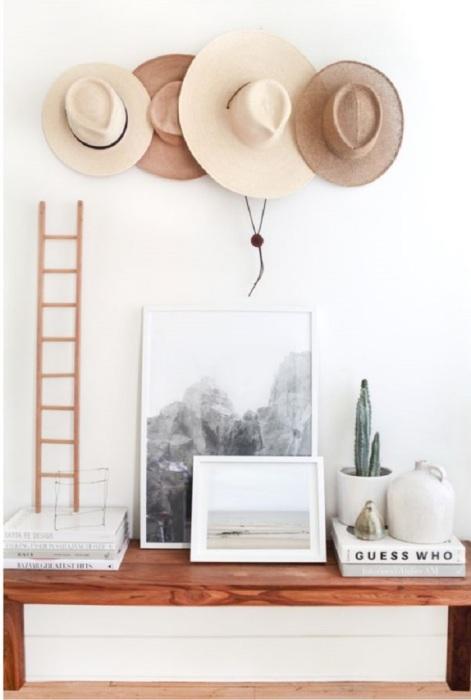 Шляпы можно хранить на стене, создав композицию. / Фото: liveinternet.ru