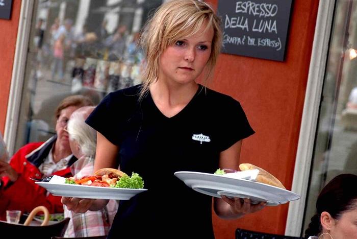 Официанты не должны ходить без фартука. / Фото: 4tololo.ru