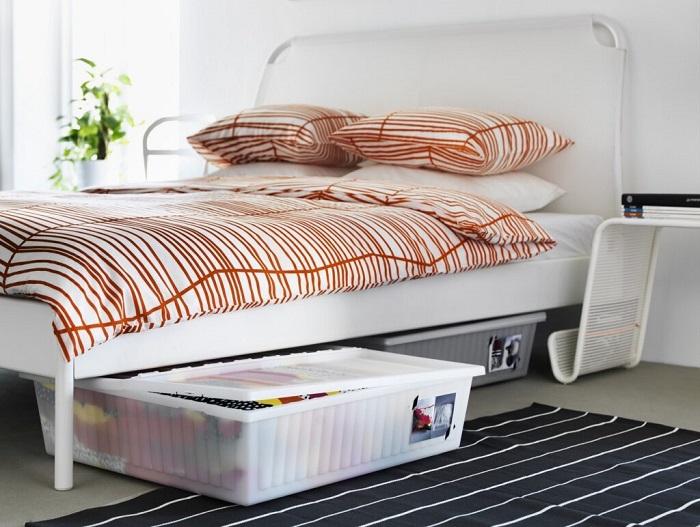 Под кроватью можно хранить ящик с постельным бельем. / Фото: Folksland.net