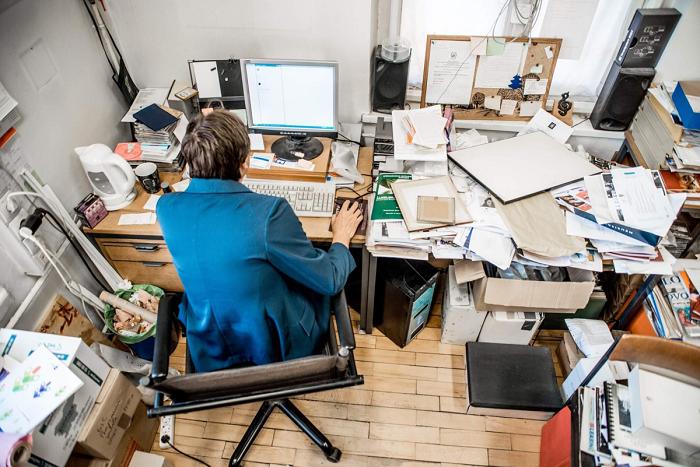 Бардак на рабочем столе говорит о неорганизованности. / Фото: Zen.yandex.ua