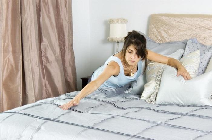Если заправлять кровать после пробуждения, создастся благоприятная атмосфера для размножения клещей. / Фото: nastroy.net