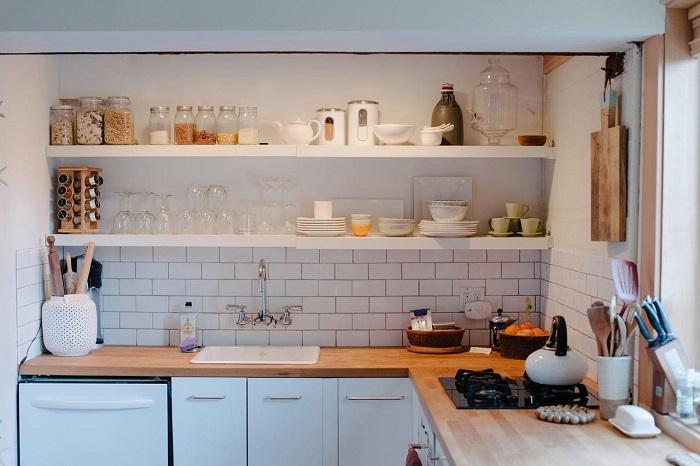 Вместо вредной пищи храните на открытых полках красивую посуду. / Фото: dekormyhome.ru