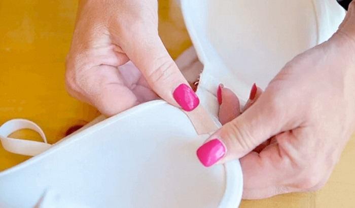 Пластырем можно временно заклеять косточку бюстгальтера. / Фото: e-w-e.ru