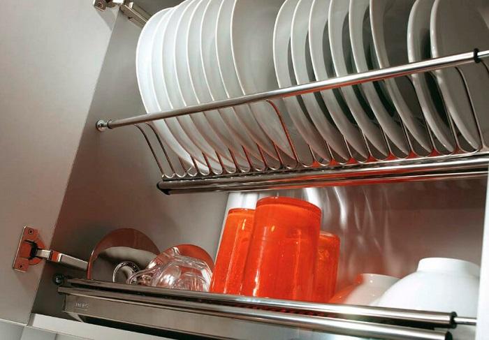 Заполненная посудой сушилка выглядит неаккуратно. / Фото: links-stroy.ru