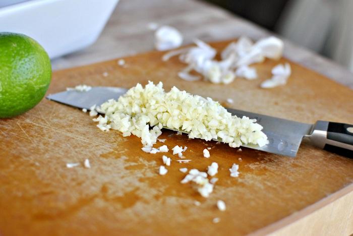 Измельченный чеснок высвобождает антиоксидант аллицин. / Фото: 4tololo.ru