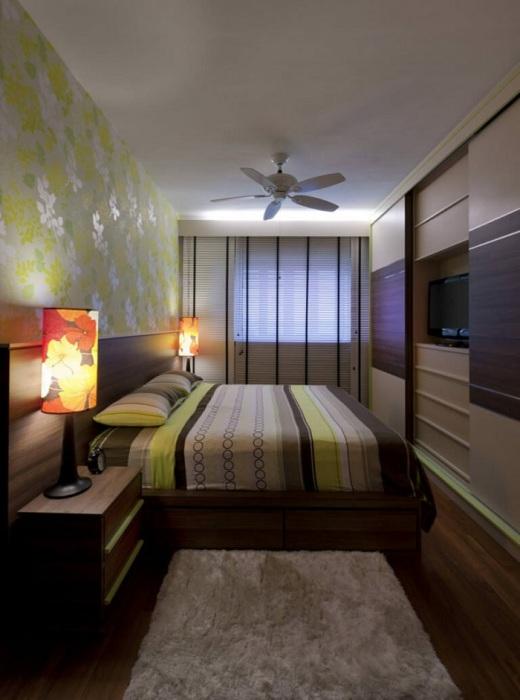Кровать можно расположить в центре комнаты. / Фото: Vip-1gl.ru