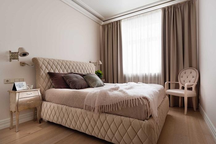 Светлая отделка, мебель и текстиль сделает спальню зрительно больше. / Фото: ivd.ru