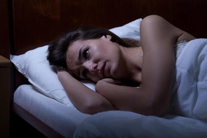 Мокрые волосы вызывают переохлаждение и проблемы со сном. / Фото: fb.ru