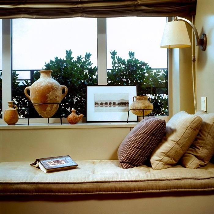 Уютный уголок можно оборудовать на подоконнике. / Фото: Justinterior.ru