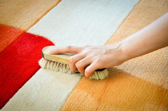 Для регулярной чистки подойдет обычная щетка. / Фото: Pravilauborki.ru