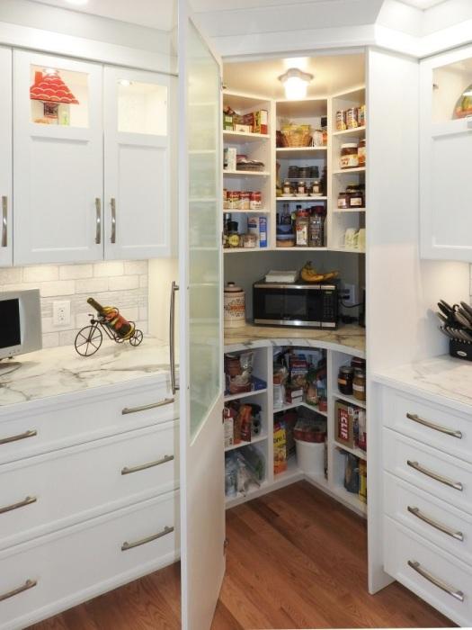 Кладовая может быть в виде шкафа. / Фото: pinterest.ru