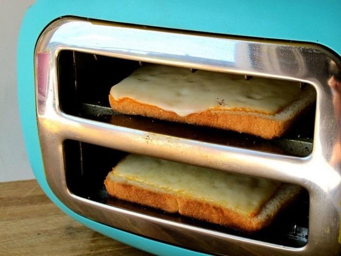 Сыр с бутербродов может попасть на нагревательные элементы тостера, и испортить его. / Фото: milayaya.ru