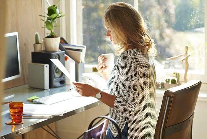 За компьютером нужно сидеть с ровной спиной. / Фото: Zen.yandex.ru
