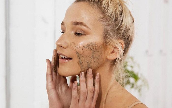 Перед макияжем следует отшелушить кожу мягким скрабом. / Фото: syl.ru