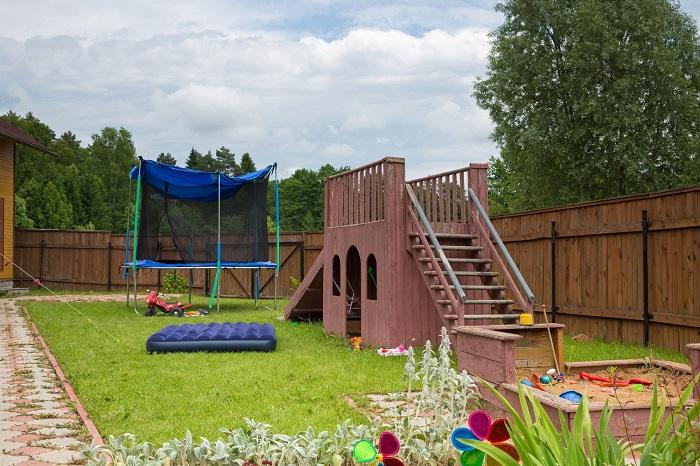 Детям понравятся песочница, батут и горки. / Фото: maja-dacha.ru