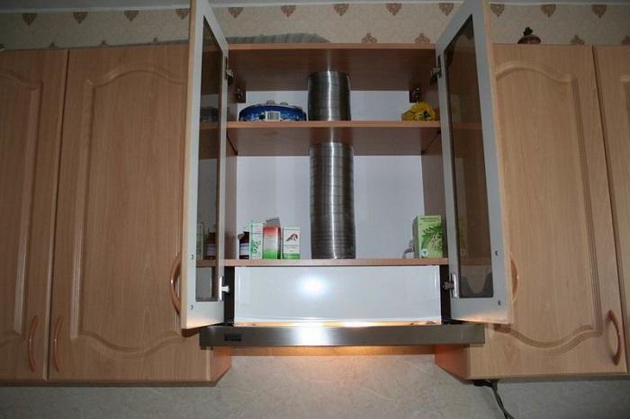 Предусмотрите специальный навесной шкафчик под вытяжку. / Фото: severdv.ru