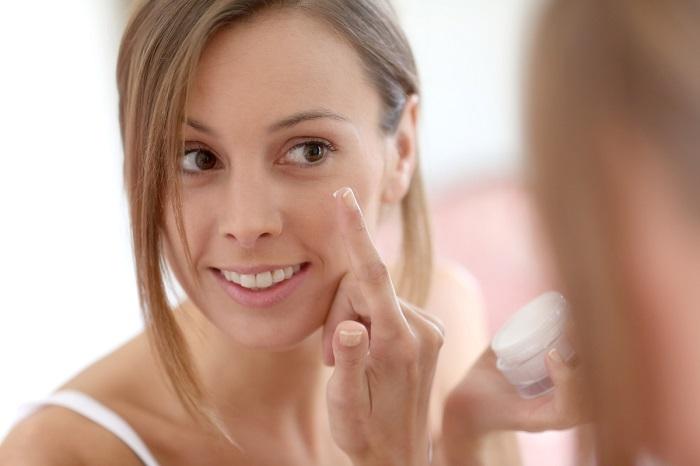 Летом нужно хорошо увлажнять кожу кремом. / Фото: shkolazhizni.ru