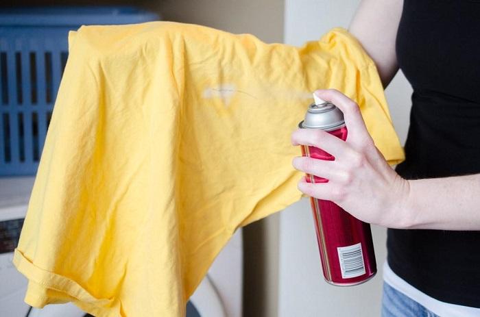 Выводите пятно лаком для волос со старой футболки. / Фото: postirke.ru