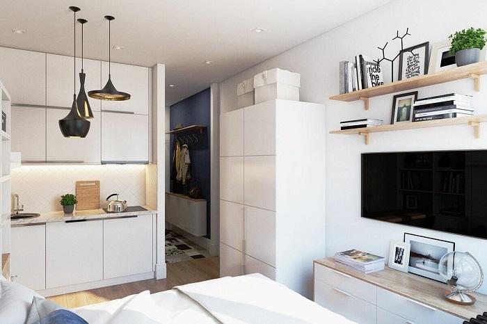Кухня-спальня, оформленная в светлых тонах. / Фото: Roomester.ru