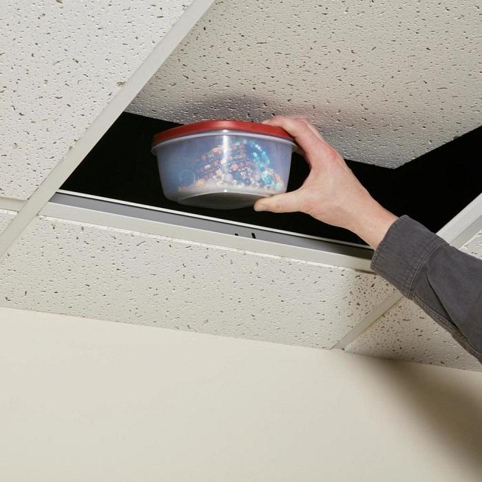 Навесной потолок станет отличным местом для хранения купюр. / Фото: fb.ru