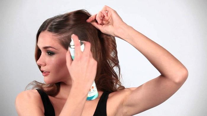 Если пользоваться сухим шампунем, то голову можно мыть в два раза реже. / Фото: kakprosto.ru