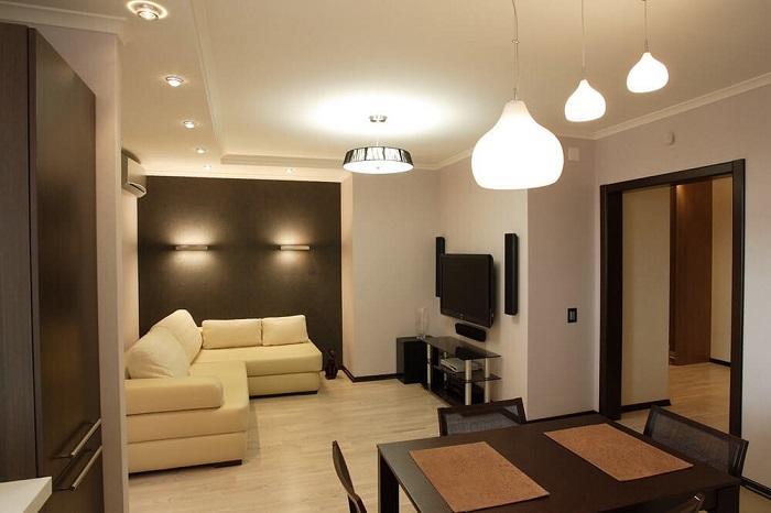 В комнате должно быть несколько сценариев освещения. / Фото: Kitchenremont.ru