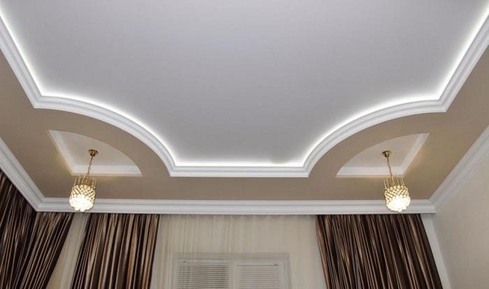 Гипсокартонные конструкции делают потолок визуально ниже. / Фото: koffkindom.ru