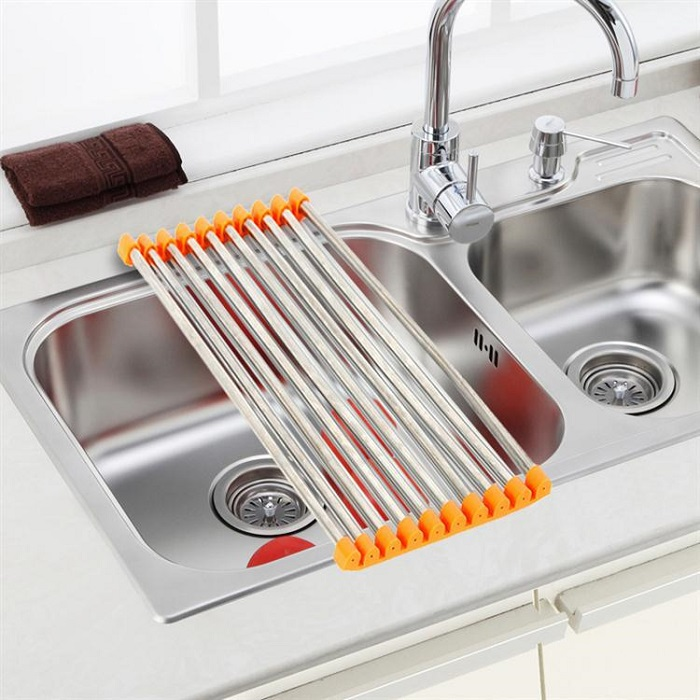 На складной полочке для мойки можно сушить посуду или временно хранить продукты. / Фото: kvartblog.ru