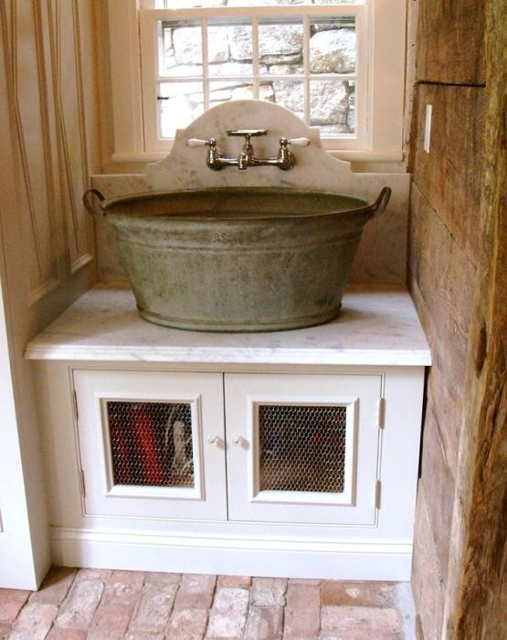 Старый медный таз может стать мойкой на кухне. / Фото: psk-remont.ru