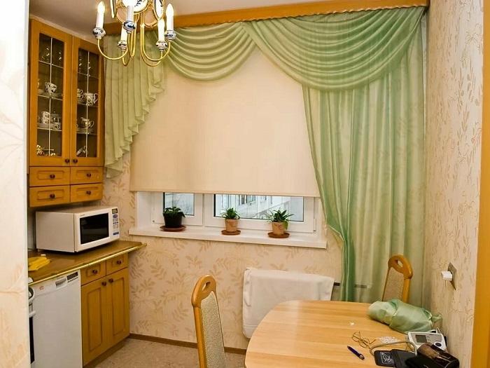 На кухне неуместны такие занавески. / Фото: dizainkyhni.com
