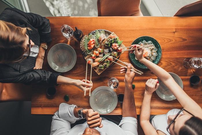 Закажите на всех коллег сет из японского ресторана. / Фото: peopletalk.ru