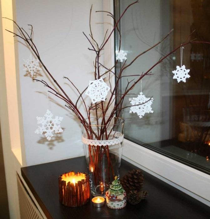 Зимой можно поставить в вазу ветки и украсить их снежинками. / Фото: dizainvfoto.ru