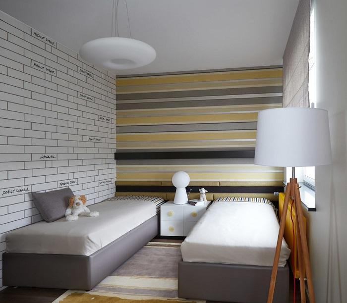 Полосатые обои визуально делают комнату шире. / Фото: yellowhome.ru