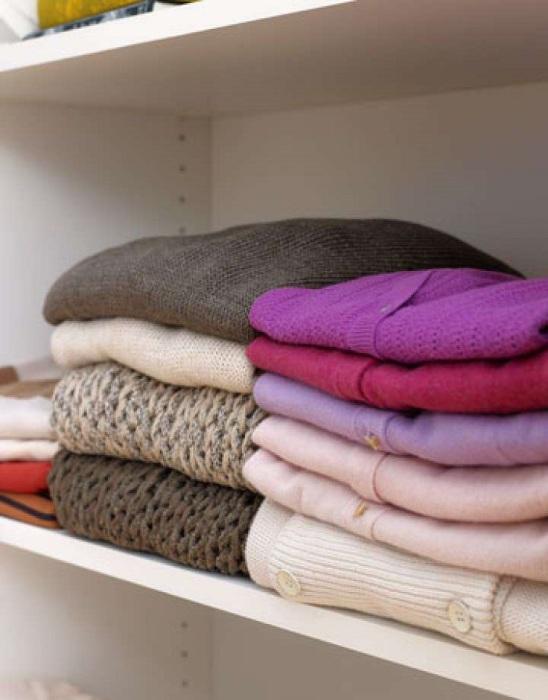 Если расположить свитера на нижних полках, их будет легче достать. / Фото: pinterest.ru