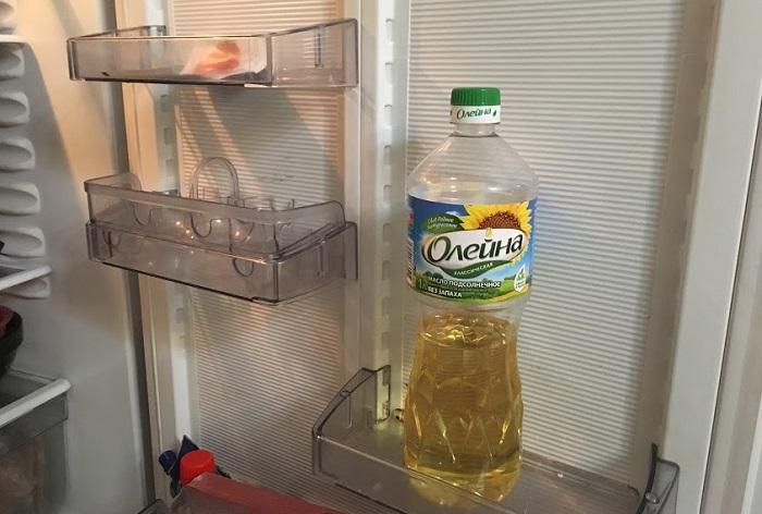 Растительное масло в холодильнике лучше сохраняет вкус. / Фото: Dizainkyhni.com