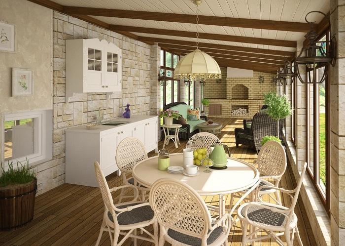 Кухня на веранде может быть любого размера, в зависимости от площади комнаты. / Фото: stroy-podskazka.ru