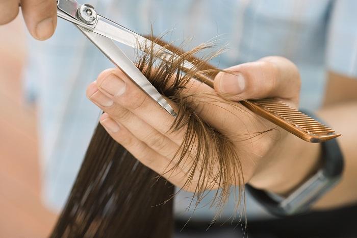 Если волосы в хорошем состоянии кончики можно подстригать раз в три месяца. / Фото: sm-news.ru