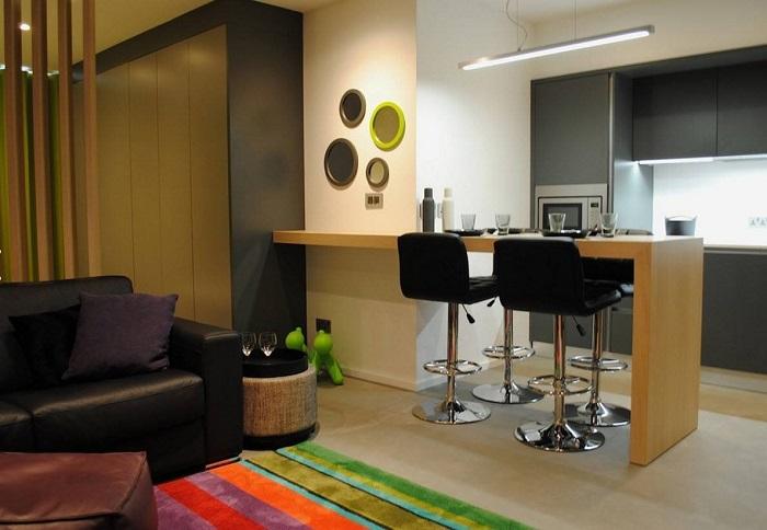 Контрастная барная стойка в квартире-студии. / Фото: remontbp.com