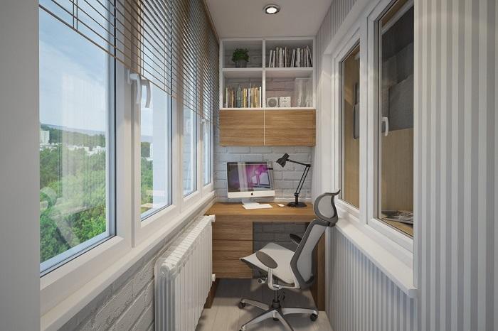 На балконе можно сделать мини-кабинет. / Фото: dizainkyhni.com