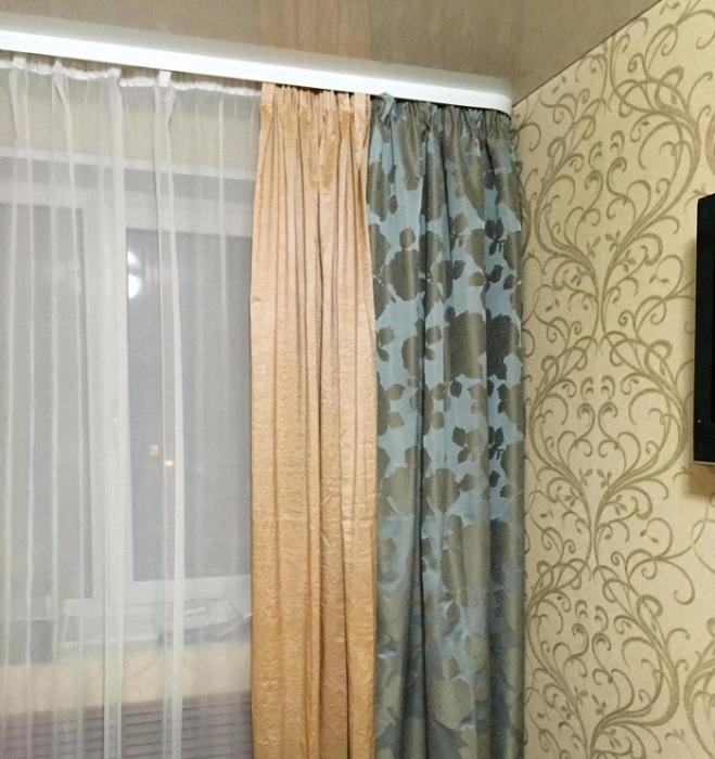 Пестрые шторы создают визуальный шум. / Фото: Indesigninfo.ru