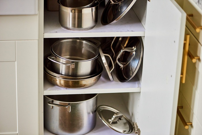 Тяжелую посуду нельзя хранить в нижних шкафчиках. / Фото: krasotka.cc