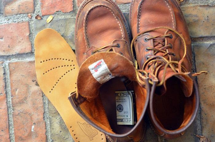 Сбережения можно положить под стельку в старый ботинок. / Фото: gkd.ru
