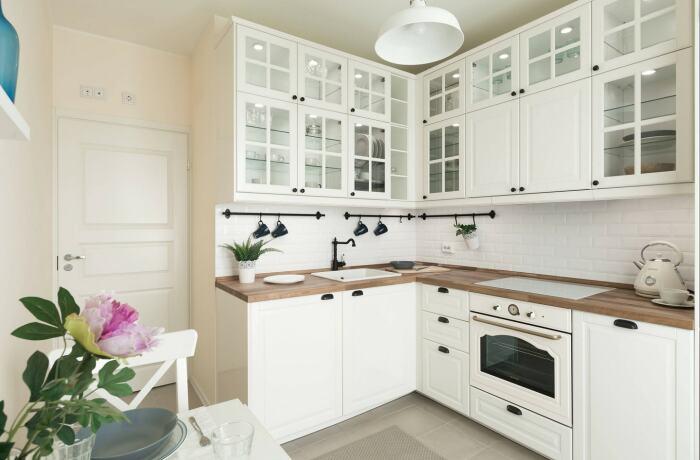 Белая кухня с деревянной столешницей уже стала классикой. / Фото: roomester.ru