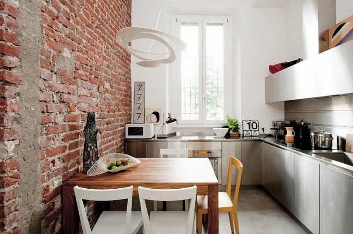 Кирпичная стена и мебель из дерева всегда будут актуальны. / Фото: m-strana.ru